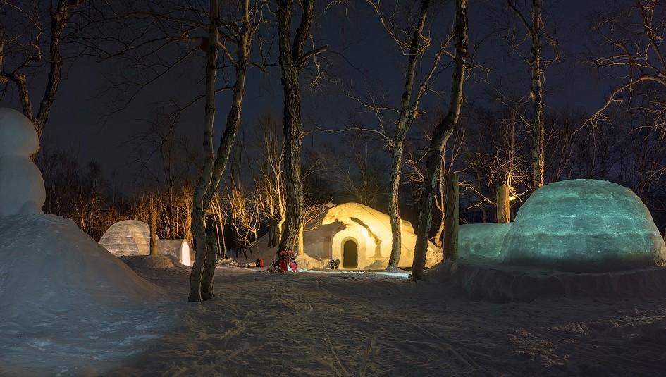 Обычно иглу складывают изпредварительно заготовленных снежных кирпичей. Особенно большие дома в«Горной территории» конструируют спомощьюснежной пушки