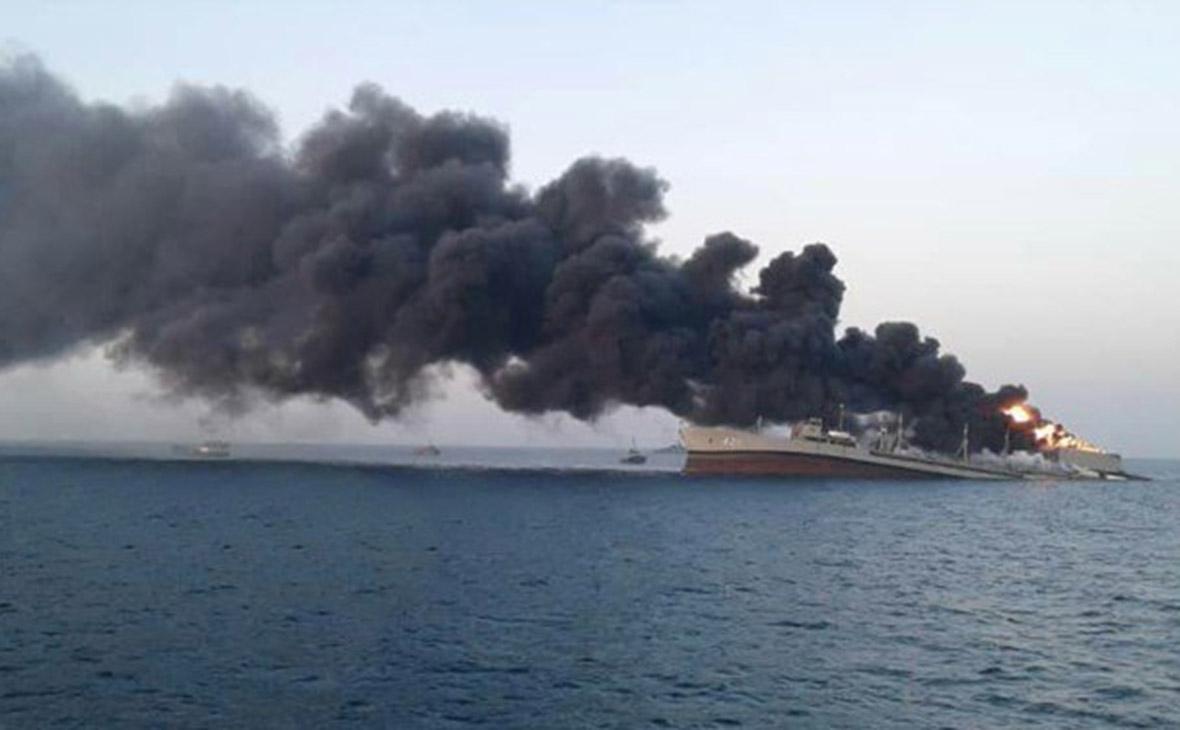 Крупнейший корабль ВМС Ирана затонул в Оманском заливе после пожара