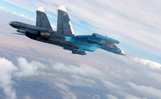 Истребитель-бомбардировщик Су-34 во время нанесения авиаударов в Сирии