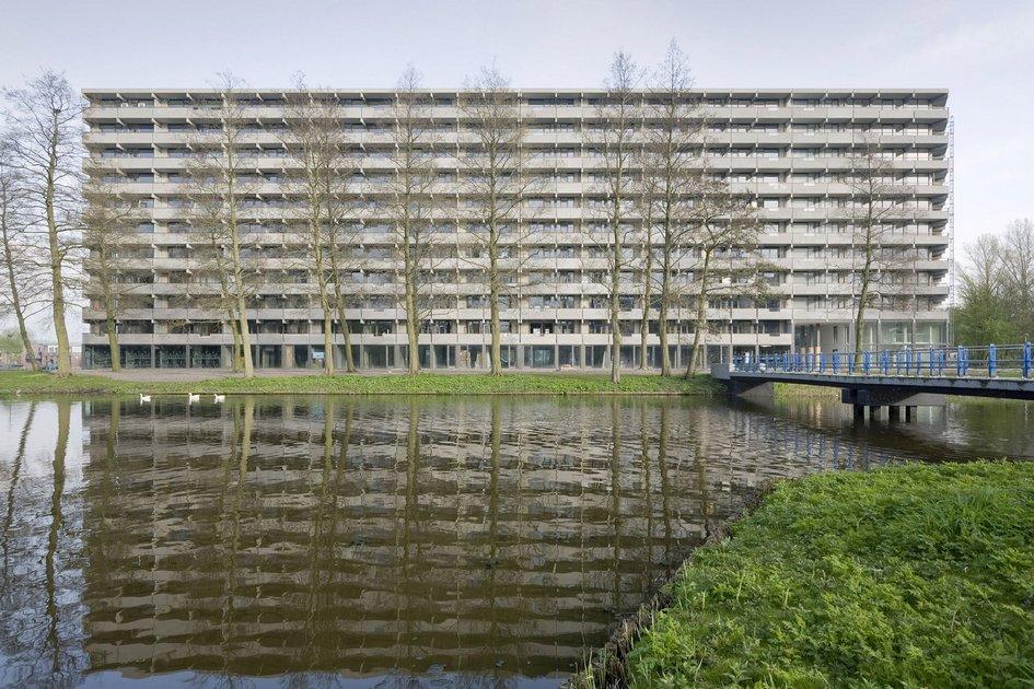 DeFlat Kleiburg—это многоквартирный дом врайоне Бэйлмер наокраине Амстердама