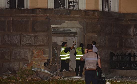 Сотрудники правоохранительных органов у здания управления Службы безопасности Украины вОдесской области, пострадавшего отсработавшего 27 сентября 2015 года взрывного устройства