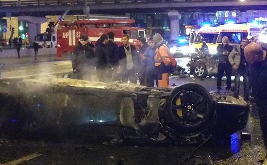 На месте дорожно-транспортного происшествия (ДТП) с участием автомобиля Ferrari возле Крымского моста в Москве