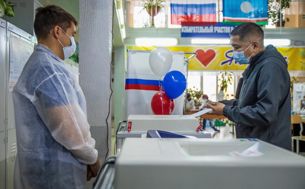 На избирательном участке во время голосования на выборах в Госдуму в Якутске