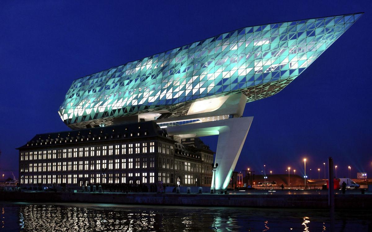 Здание администрации порта в Антверпене напоминает по форме два главных символа бельгийского города— корабль и бриллиант. Его фасады выполнены из стекла и стали