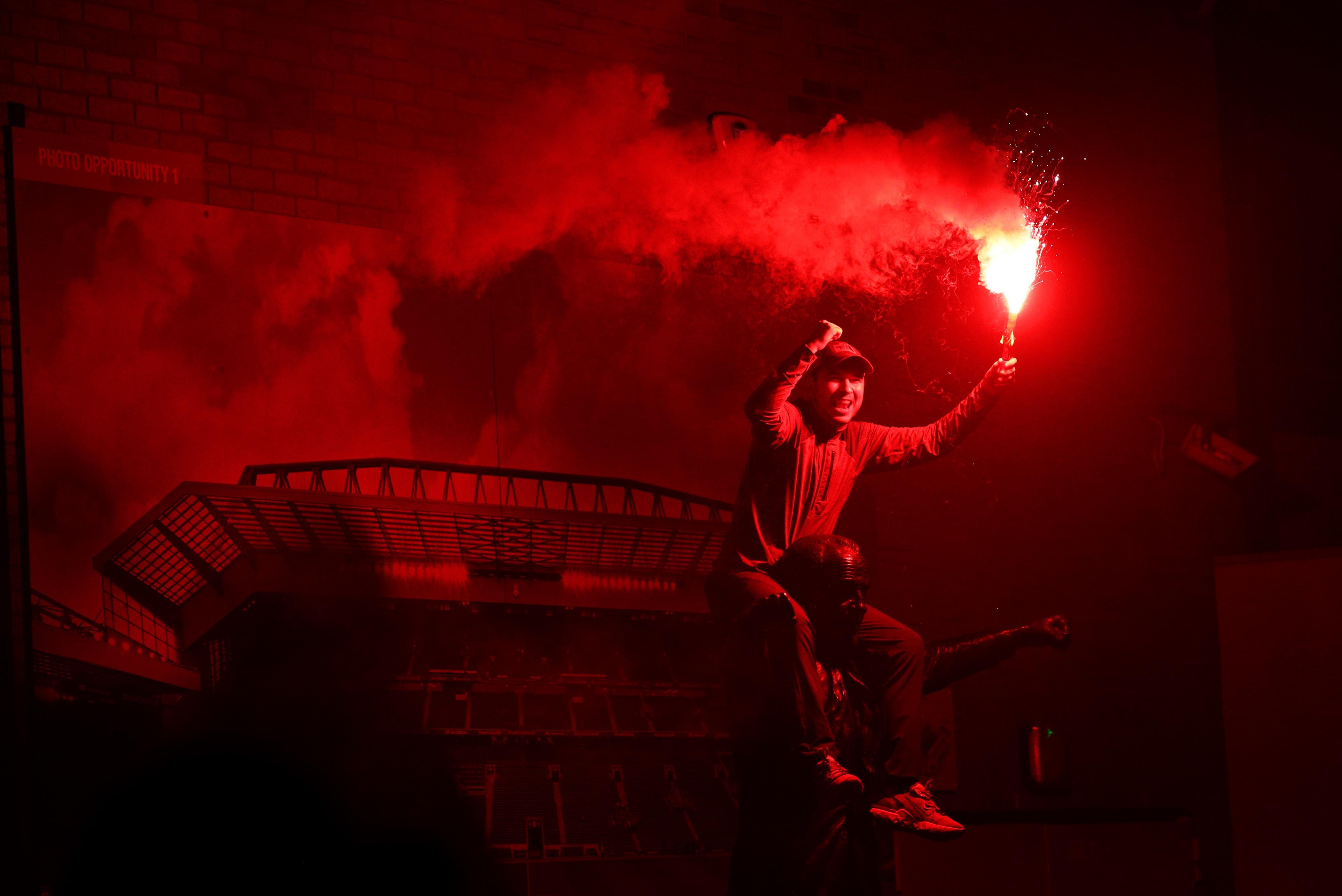 Фанат на статуе легендарного менеджера «Ливерпуля» Билла Шенкли