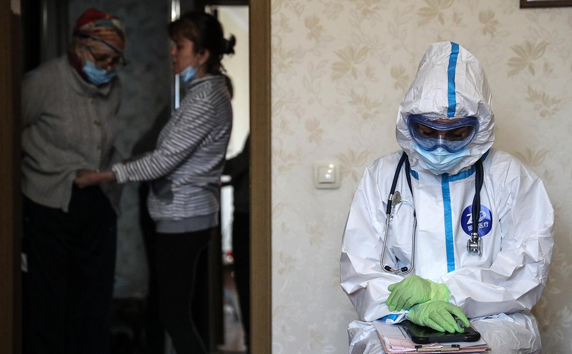 Фельдшер скорой медицинской помощи ждет больного перед госпитализацией