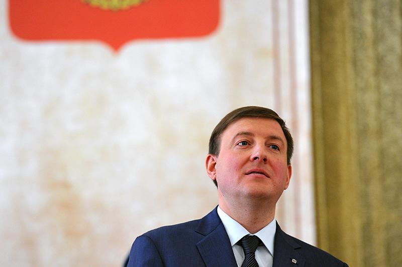 Андрей Турчак начинал вотцовском холдинге «Ленинец», апотом ушел в«Единую Россию». «У него политика хорошо пошла»,— говорит Турчак-старший