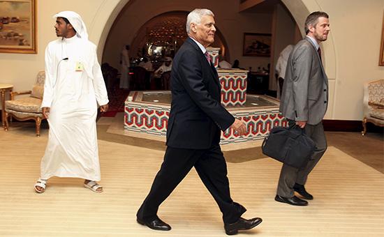 Генсек ОПЕК Абдулла аль-Бадри (в центре) напереговорах вДохе