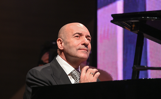 Композитор Игорь Крутой вовремя концерта, декабрь 2015 года