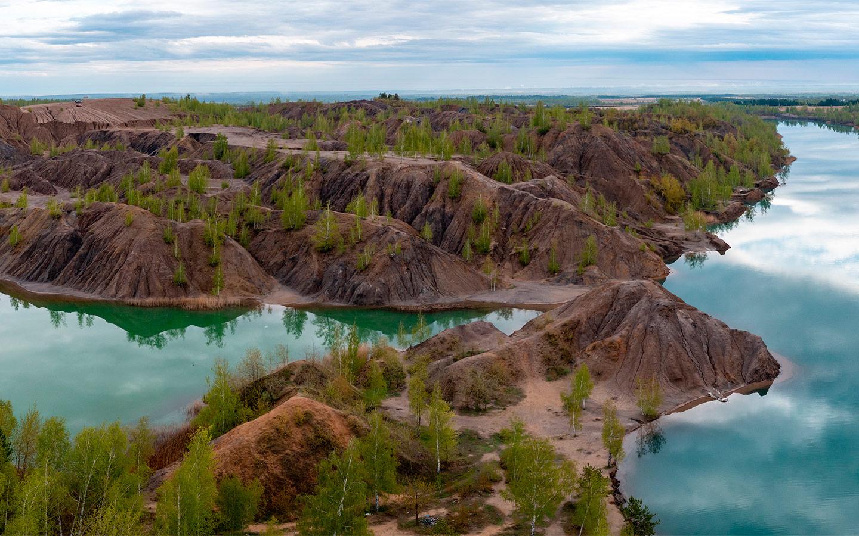 <p>Добыча ископаемых здесь давно прекратилась, а холмы из песка, известняка и других пород остались навсегда.</p>