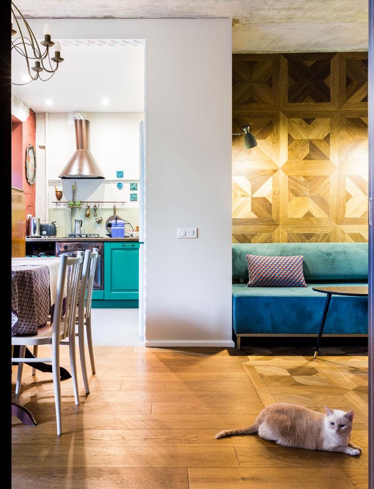 Обивка дивана перекликается с цветом кухонного гарнитура и стен в спальне