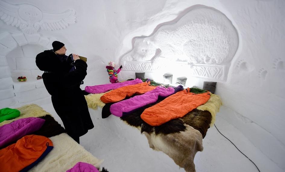 В классических иглу небывает окон: свет проникает внутрьпомещения сквозьстены засчет оптических свойств снега, которыйпропускает освещение