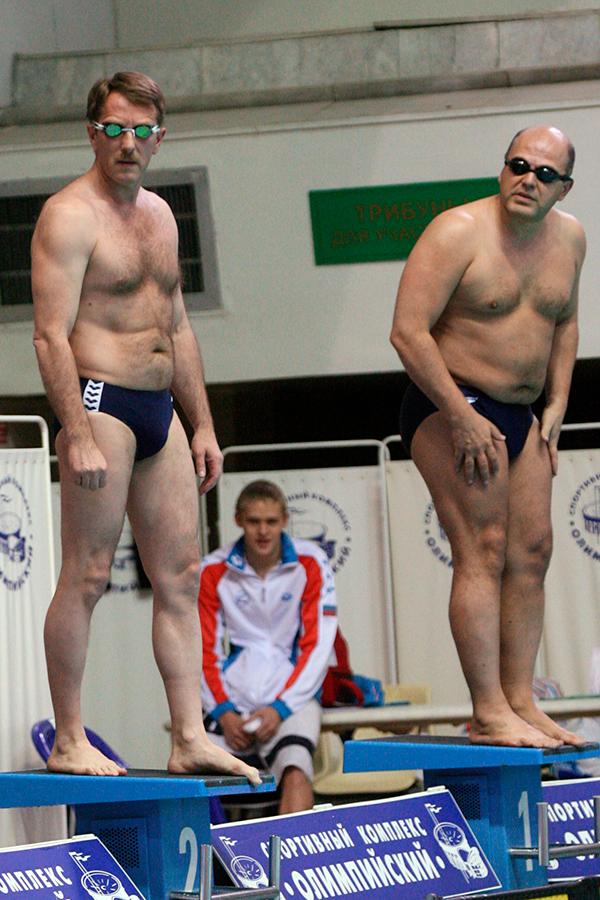 Слева направо: министр сельского хозяйства Алексей Гордеев и руководитель Роснедвижимости Михаил Мишустин на открытии чемпионата России по плаванию в 2006 году