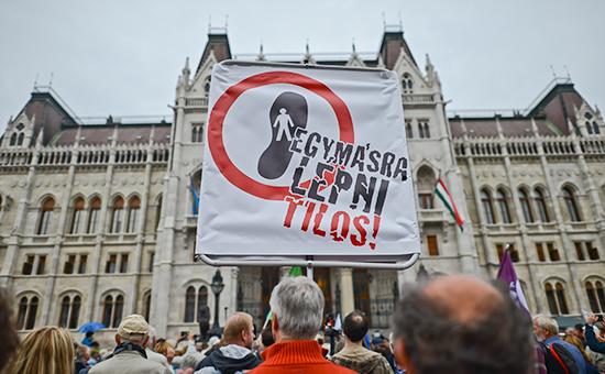 Протесты у здания парламента Венгрии во время проведения референдума