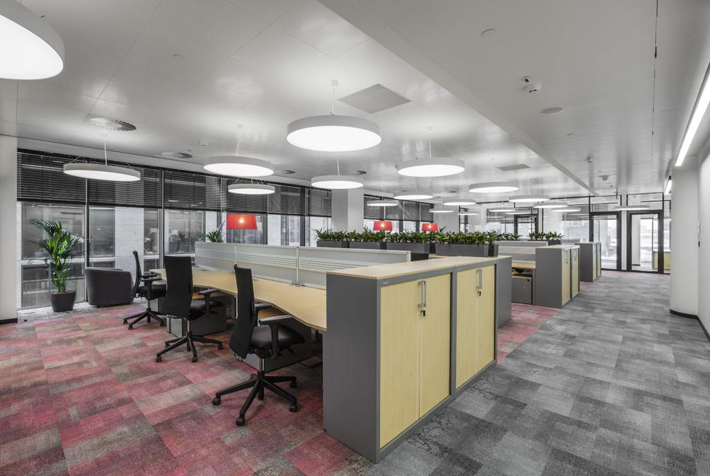 В офисе предусмотрены зоны дляполевых сотрудников: это временные рабочие места, стойки дляработы сдокументами, гдеможно зарядить планшеты ит.д.