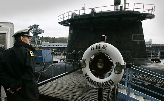 Офицер ВМФ Великобритании у трапа подводной лодки Vanguard, пришвартованной на базе Фаслейн неподалеку от Глазго. Архивное фото