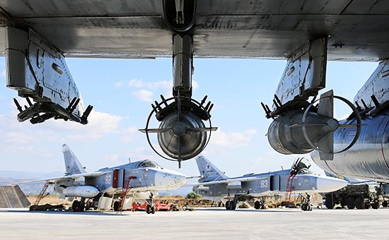 Российские фронтовые бомбардировщики Су-24М нааэродроме Хмеймим вСирии