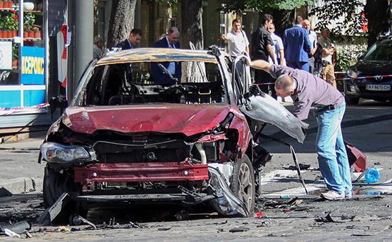 На месте взрыва автомобиля, в котором находился журналист Павел Шеремет.20 июля 2016 года