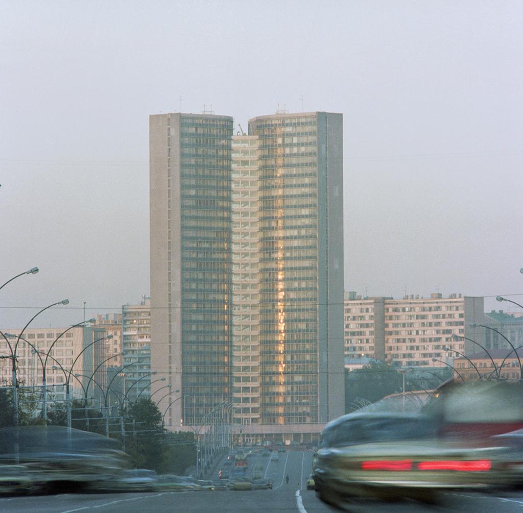 Вид на здание Совета Экономической Взаимопомощи на проспекте Калинина, 1988 год