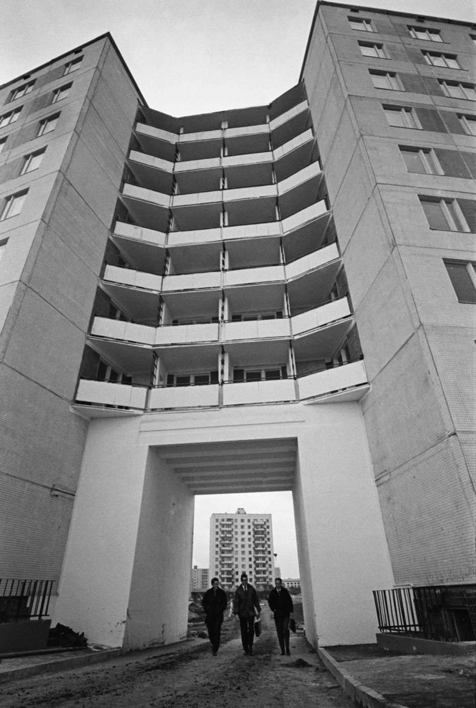 Дом II-49 из серии девятиэтажных многосекционных панельных домов, разработанной Московским научно-исследовательским и проектным институтом типологии, экспериментального проектирования. 1973 год