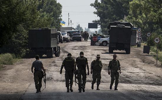 Украинские солдаты рядом с контрольно-пропускным пунктом у Марьинки