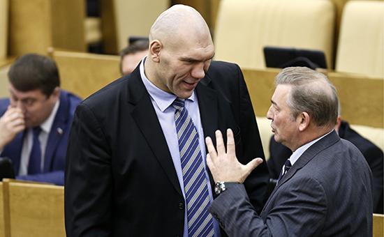 Николай Валуев (слева) иВладислав Третьяк напленарном заседании ГосдумыРФ. Январь 2014 года