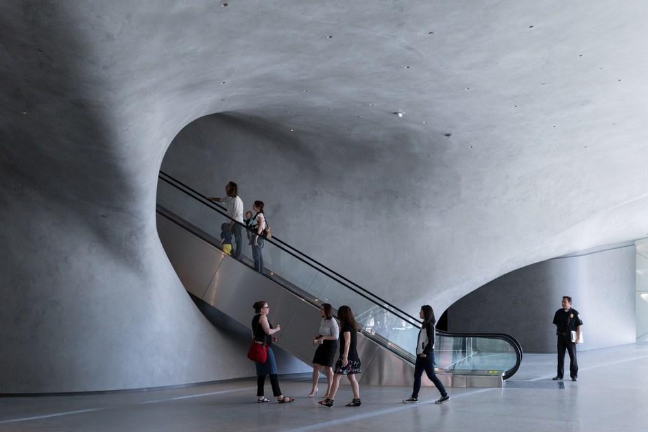 Добиться разнообразных конфигураций выставочного пространства помогают просторные залы без колонн с семиметровыми потолками: за счет такой планировки экспозицию можно организовать практически любым способом. На второй этаж публика попадает на эскалаторе