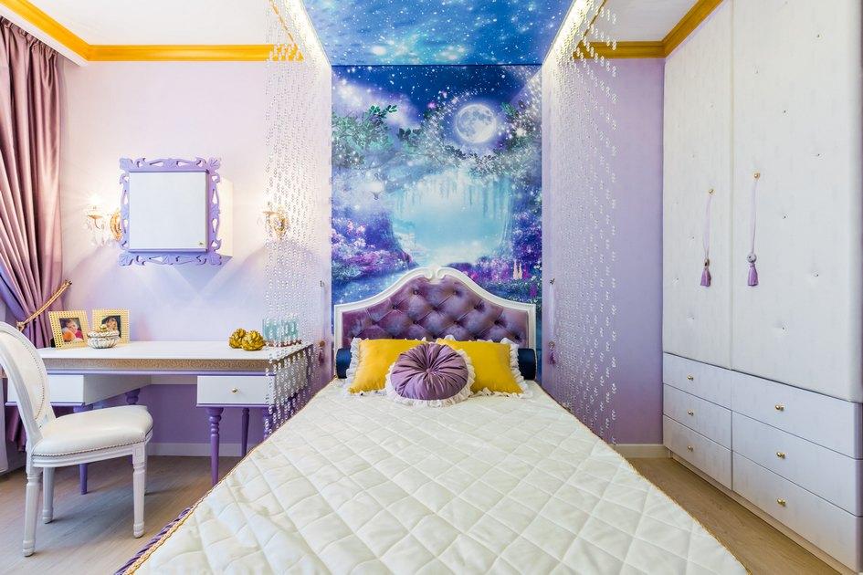 На стенах нарисованы картины изизвестных мультфильмов, анапотолке—звездное небо