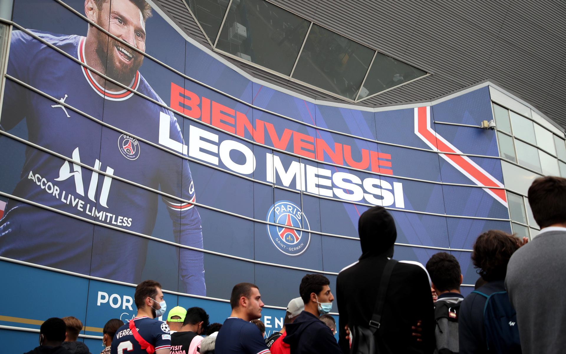 Фото: Болельщики ПСЖ приветствуют нового игрока клуба Лионеля Месси во время его пресс-конференции на стадионе «Парк де Пренс» в Париже
