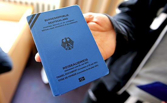Новый паспорт сирийского мигранта излагеря для беженцев в Берлине