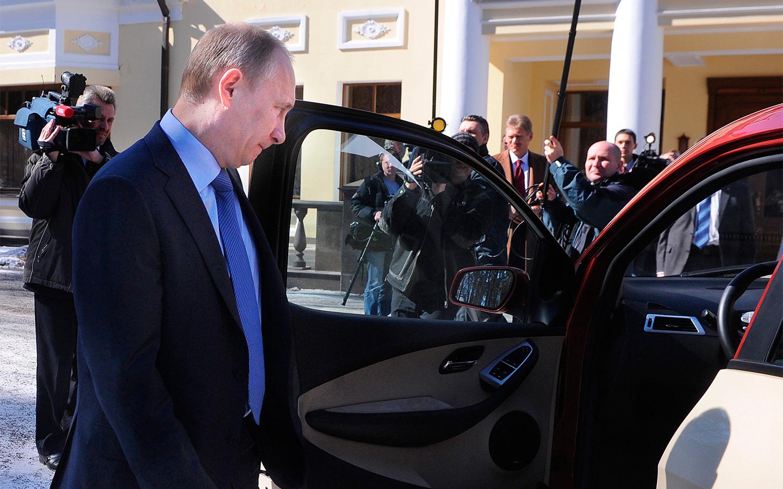 <p>&laquo;Хочу на этом вашем &laquo;Ё-мобиле&raquo; доехать до Дмитрия Анатольевича (Медведева) и ему показать &lt;...&gt; Здесь недалеко, не развалится по дороге ваш &laquo;Ё-мобиль&raquo;?</p>