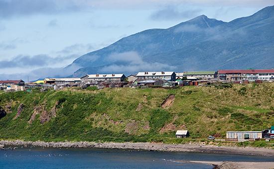 Вид на поселок Курильск на острове Итуруп Курильской гряды