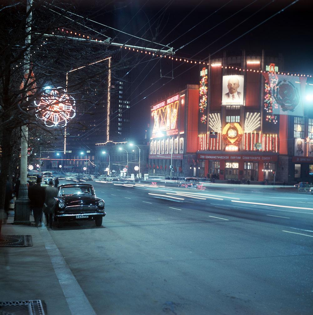 Улица Горького. На снимке: праздничная иллюминация на Центральном телеграфе накануне Первомая. 1971 год