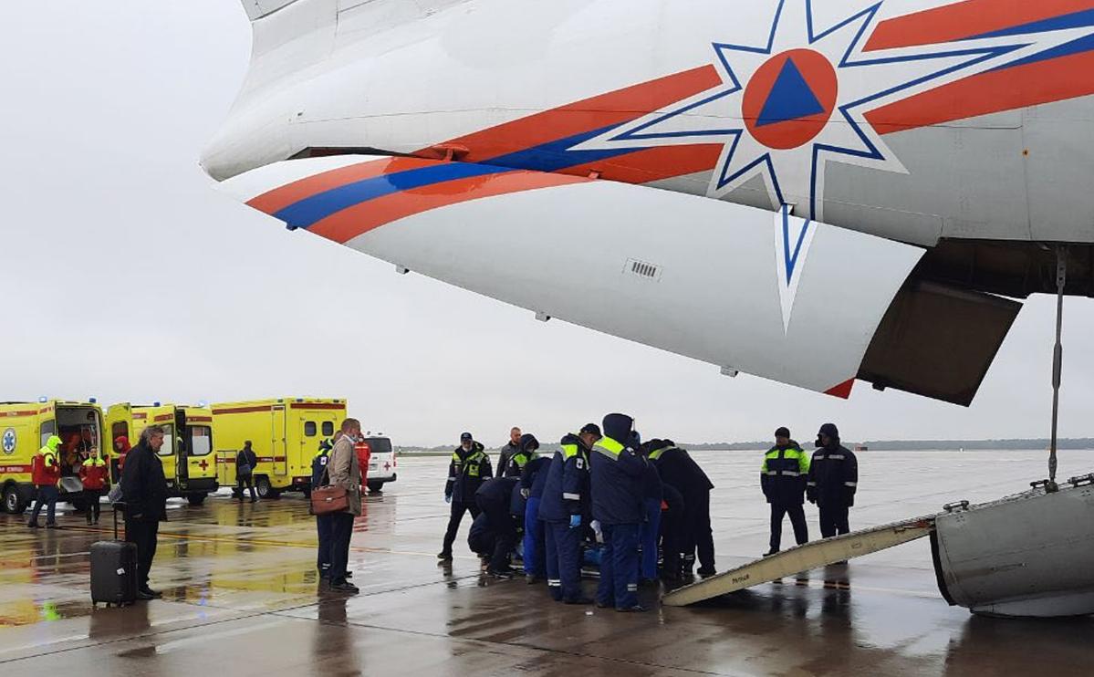 Сотрудники МЧС транспортируют пострадавших во время стрельбы в Пермском государственном национальном исследовательском университете, доставленных спецбортом МЧС в Москву