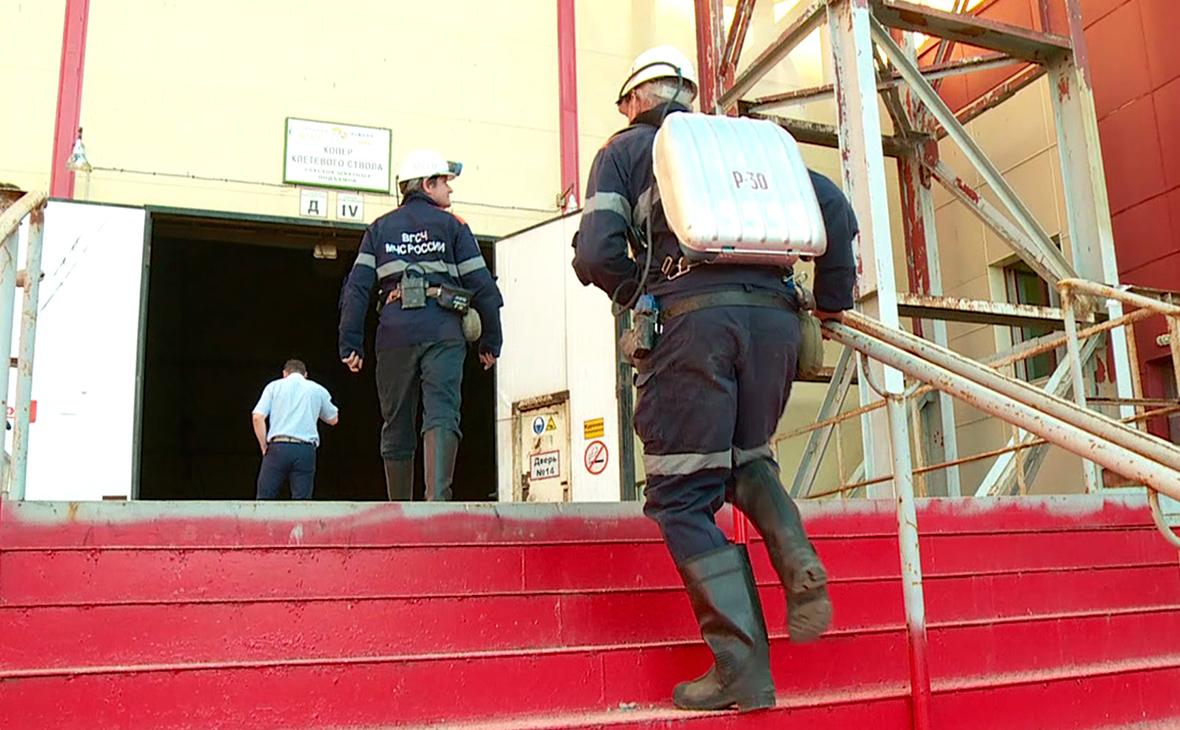 Сотрудники службы спасения у здания рудника «Мир»
