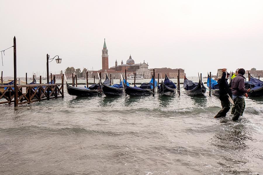 Уровень воды в Венеции резко вырос из-за сильных дождей и штормового ветра, скорость которого в понедельник вечером достигала 100–130 км/ч