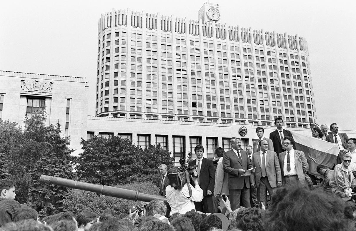 Президент РСФСР Борис Ельцин (в центре) во время выступления у здания Совета министров РСФСР в 1991 году