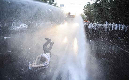 Полиция разогнала новый митинг против повышения тарифов в Ереване