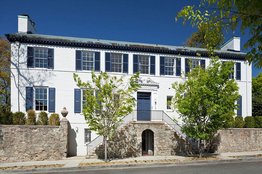 Дом Иванки Трамп построен в1923 году попроекту знаменитого американского архитектора Уодди Батлера Вуда. На его счету здание Национального музея женского искусства вВашингтоне идом 28-го президента США Вудро Вильсона