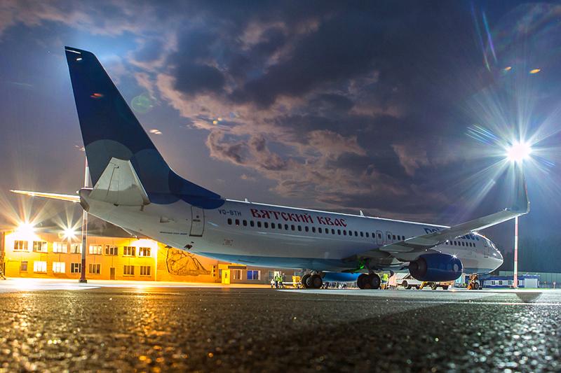 Самолет Boeing 737-800 лоукостера «Победа» срекламой «Вятского кваса» нафюзеляже.