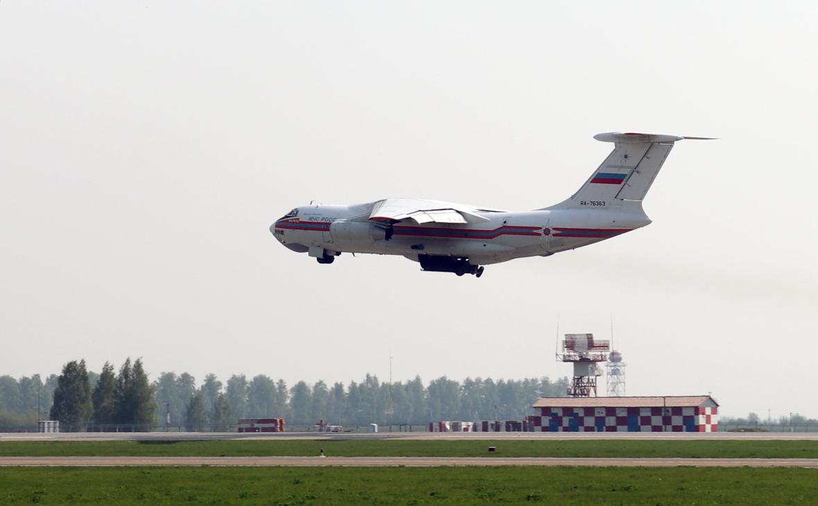 Самолет Ил-76ТД МЧС РФ, доставляющий пострадавших при стрельбе в школе №175 Казани в Москву
