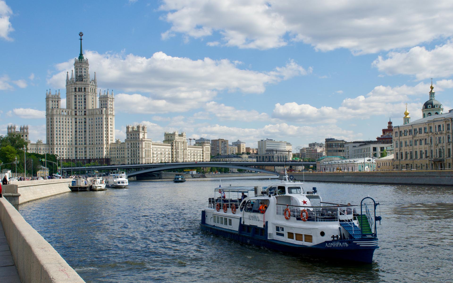 Вид на высотку на Котельнической набережной в Москве