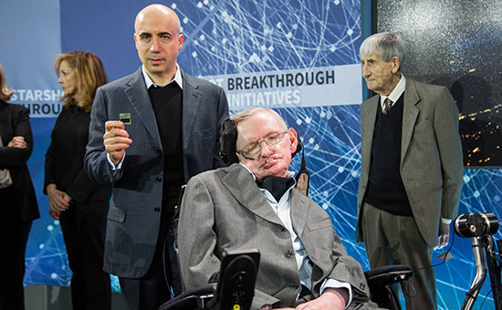 Миллиардер Юрий Мильнер (слева)и профессор Стивен Хокинг. Апрель 2016 года
