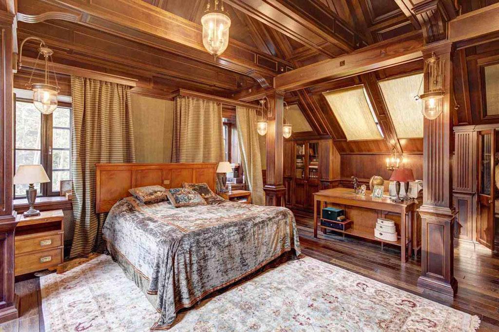В доме—пять спален, оранжерея-кабинет, каминныйзал, столовая, гостиная, кухня, домашний кинотеатр