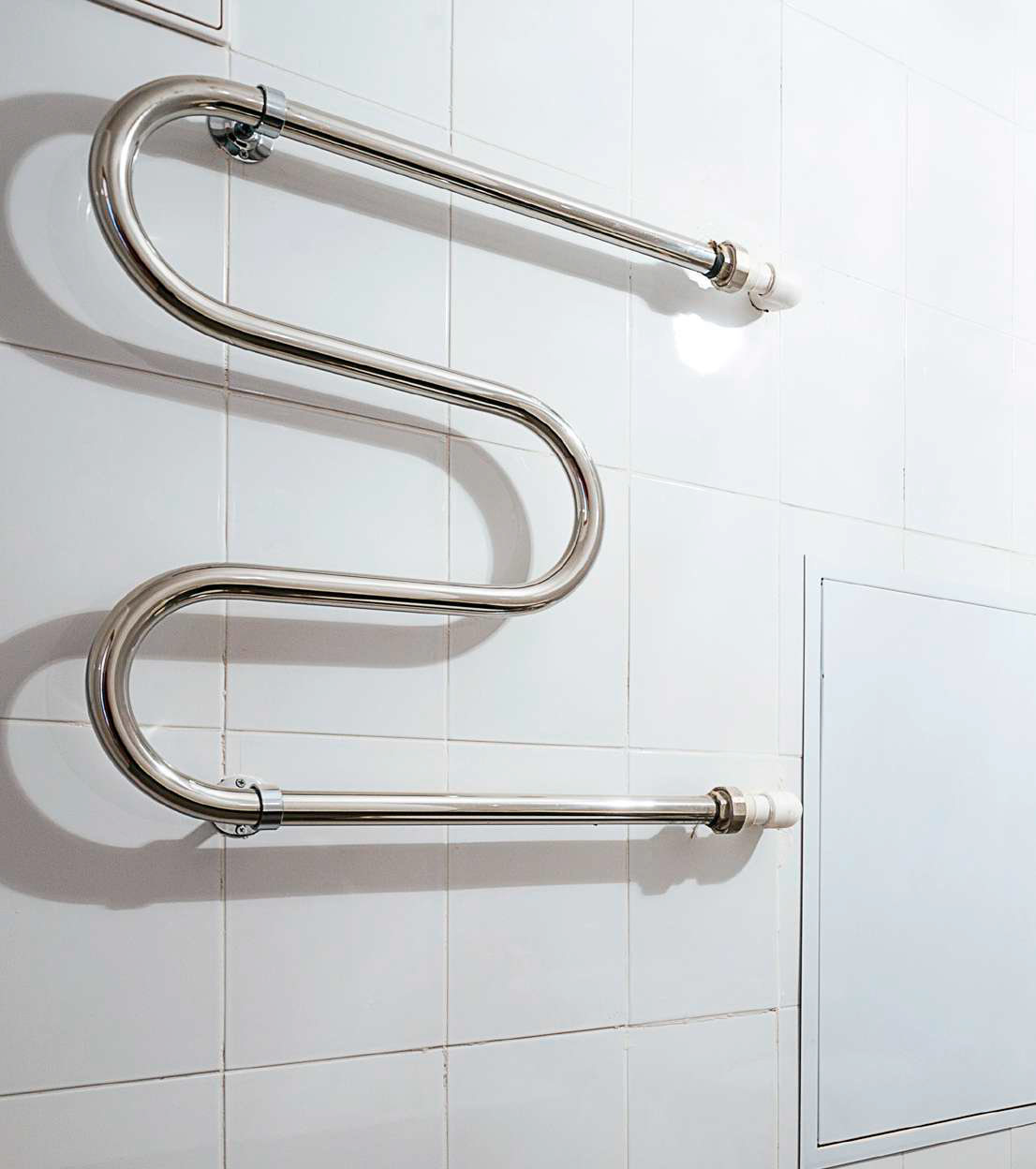 В ванной комнате предусмотрены хромированный полотенцесушитель иточка доступа кинженерным системам