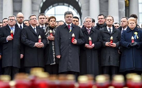 Премьер-министр Украины Арсений Яценюк (второй слева), президент Польши Бронислав Коморовский (третий слева), президент Украины Петр Порошенко с супругой Мариной (в центре), президент ФРГ Йоахим Гаук (второй справа на первом плане), премьер-министр Польши Дональд Туск (справа на первом плане) и президент Литвы Даля Грибаускайте (справа) во время шествия «Марш достоинства»