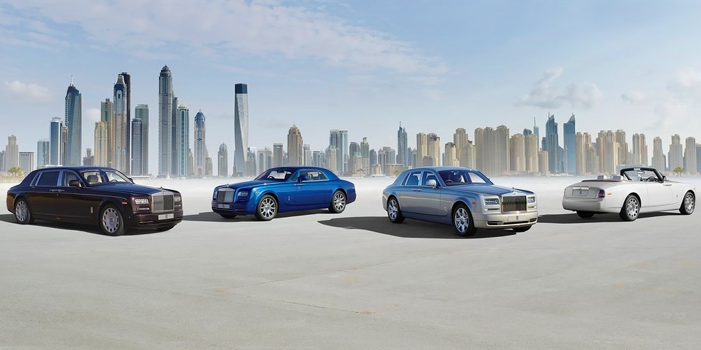 В 2005 г. появилась удлиненная версия с увеличенной на 250 мм колесной базой. В 2007 г. представили кабриолет Phantom Drophead Coupe, а спустя год – купе, также с распашными дверями. В 2012-м Phantom обновили: он получил усиленный кузов, модернизированную подвеску и 8-ступенчатый «автомат» против 6-ступенчатого и улучшенную мультимедийную систему.