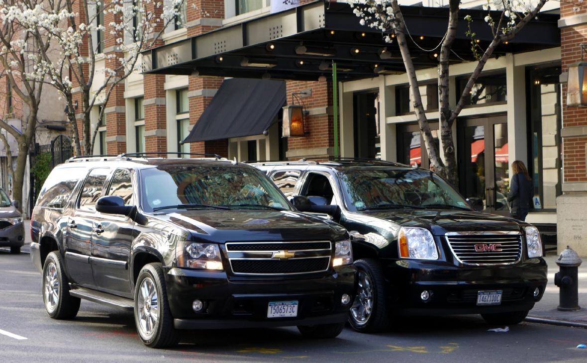 Chevrolet Suburban и GMC Yukon XL на улице в Нью-Йорке. Оба автомобиля выпускает концерн General Motors