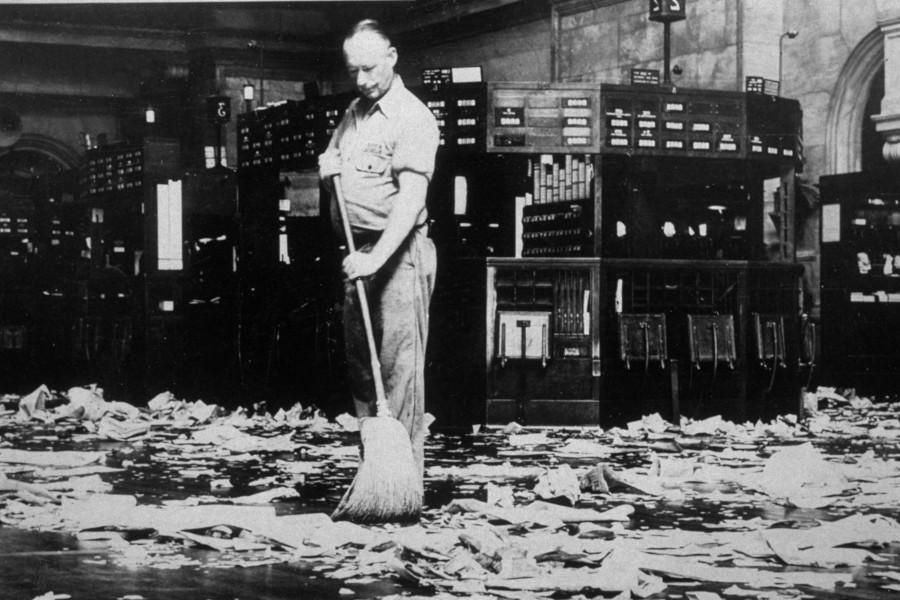 Уборщик подметает торговую площадку Нью-Йоркской фондовой биржи после окончания торгов. Фотография сделана примерно в 1935 году