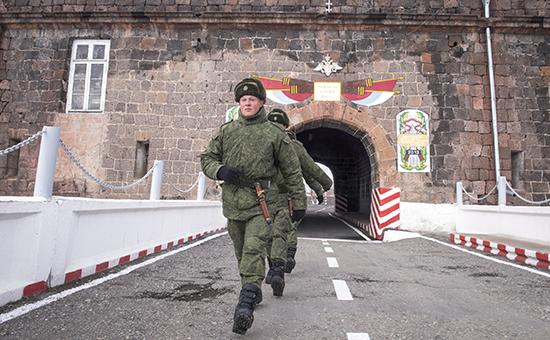 Военнослужащие натерритории 102-й российской военной базы Южного военного округа вГюмри. Архивное фото
